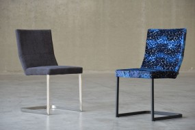 Freischwinger Mano, Gestell schwarz, Bezug Designers Guild Zanacchi 2029/03 cobalt